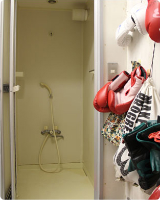 シャワー(無料)を男女別に完備。仕事帰りに一汗かいてみては?